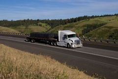 Biały Volvo/Ładował ciężarówkę fotografia royalty free
