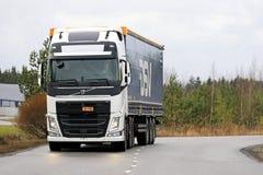 Biały Volvo FH Semi na drodze Obraz Stock