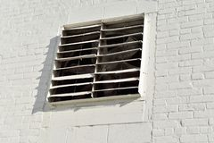 Biały wentylacja ekran w białej ścianie zdjęcie royalty free