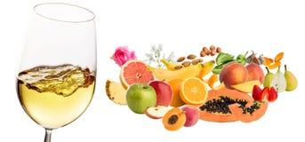Biały wino owocowy obok wina szkła i roślina aromaty zdjęcia stock