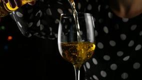 Biały wino wypełnia szkło Kobiety pije szkło wino w zmroku atmosfera świąteczna swobodny ruch zbiory wideo