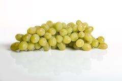 Biały winogrono z odbicia tłem Fotografia Stock