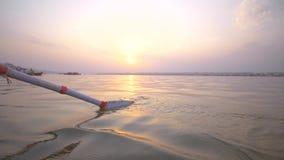 Biały wiosło wchodzić do Ganges wodę przy zmierzchem zdjęcie wideo