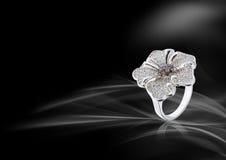 Biały złocisty pierścionek Zdjęcia Royalty Free
