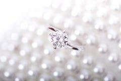 Biały Złocisty pierścionek z diamentami Obraz Royalty Free