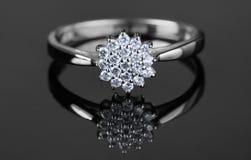 Biały złocisty pierścionek z diamentami Obrazy Royalty Free