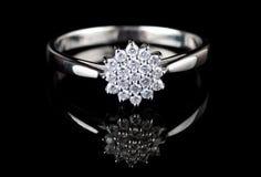 Biały złocisty pierścionek z diamentami Zdjęcia Royalty Free