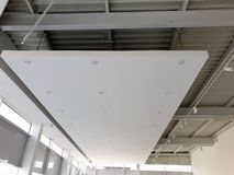 Biały zawieszony sufit z DOWODZONYMI światło reflektorów showroom obraz stock
