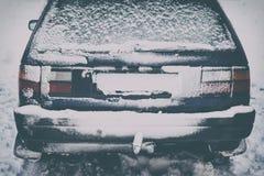 Biały zima sezon przyjeżdżał w Europa, ja snowed cały dzień Miecielica tworzył ciężkiego śniegu koc samochodowy tylni widok zakry zdjęcia royalty free