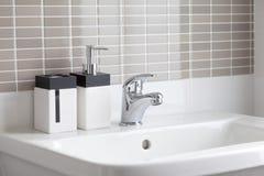 Biały zlew w łazience Zdjęcia Royalty Free
