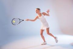 białych kobiet odosobneni bawić się tenisowi potomstwa zdjęcia stock