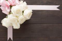 Białych róż bukiet jest na drewnianym tle z faborkiem Fotografia Royalty Free