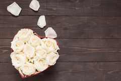 Białych róż kwiat jest w serca pudełku Fotografia Royalty Free