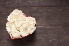 Białych róż kwiat jest w serca pudełku Obraz Stock