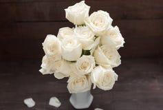 Białych róż kwiat jest w wazie Zdjęcia Stock