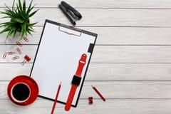 Białych stołowych desek falcówek notatnika filiżanki ranku kawy zegaru papierowych klamerek myszy urzędnika czerwony klawiaturowy Zdjęcie Stock