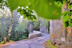 Biała dziejowa trzask bariera na asfaltowym sposobie prowadzi Kokorin wioska w Kokorinsko terenie w jesiennym republika czech Fotografia Royalty Free