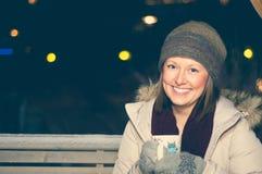 Biała dziewczyna w zimie odziewa napoje herbacianych obraz stock