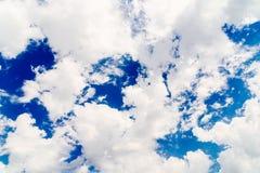 Białe cumulus chmury Na niebieskim niebie Obraz Stock