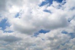 Białe cumulus chmury pod jaskrawym niebieskim niebem Obraz Royalty Free