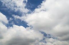 Białe cumulus chmury pod jaskrawym niebieskim niebem Zdjęcia Stock