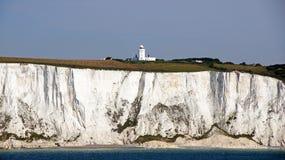 Białe falezy Dover i latarnia morska Zdjęcie Royalty Free