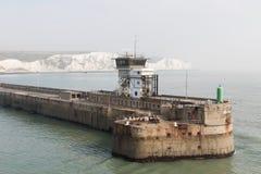 Białe falezy port Dover i molo Obraz Royalty Free