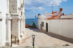 Białe fasady na wzgórzu Lisbon Zdjęcia Royalty Free