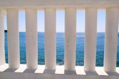 Białe kolumny przegapia morze Fotografia Royalty Free