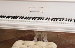 białe pianino Zdjęcia Royalty Free