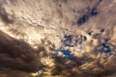 Białe puszyste chmury na niebieskim niebie przy zmierzchem Obrazy Royalty Free