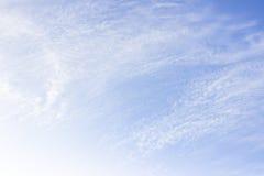 Białe puszyste chmury w niebieskie niebo abstrakta tle Obraz Stock