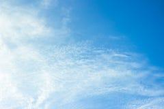 Białe puszyste chmury w niebieskie niebo abstrakta tle Zdjęcie Stock