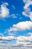 Białe puszyste chmury w niebieskim niebie Zdjęcia Royalty Free