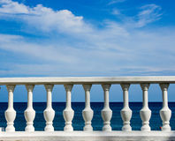 Białe tralki na morza i nieba tle Obrazy Royalty Free