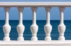 Białe tralki na morza i nieba tle Zdjęcie Royalty Free