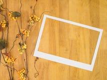 Białego papieru rama na drewnianym tle Zdjęcia Royalty Free