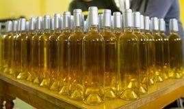 Białego wina butelki w wytwórnii win Obraz Royalty Free