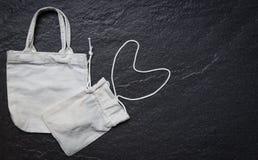 Bia?ej du?y ci??ar tkaniny eco brezentowej torby zakupy sukienny worek na ciemnym tle zdjęcia stock