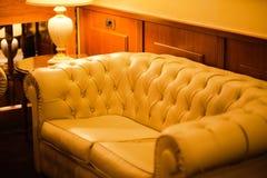 Białej skóry kanapa w hotelu Fotografia Stock