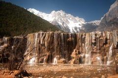 Białej wody rzeczna siklawa pod pasmem górskim. Obraz Royalty Free