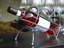 Biała etykietki wina butelka w poparciu Obrazy Stock