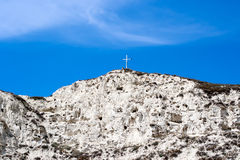 Biała góra na tle jaskrawy niebieskie niebo. Zdjęcia Royalty Free