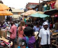 Biała Kobieta w afrykanina rynku zakupy Fotografia Royalty Free