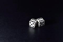 Biała kostka do gry para na czarnym tle Fotografia Royalty Free