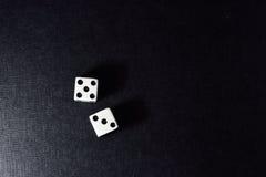 Biała kostka do gry para na czarnym tle Obraz Stock