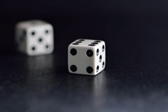 Biała kostka do gry para na czarnym tle Obraz Royalty Free