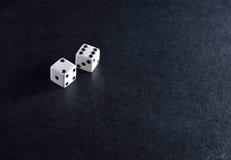 Biała kostka do gry para na czarnym tle Obrazy Royalty Free