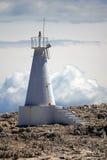 Biała latarnia morska na skale Zdjęcia Stock
