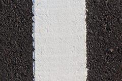 Biała linia na nowej asfaltowej drodze Zdjęcie Royalty Free